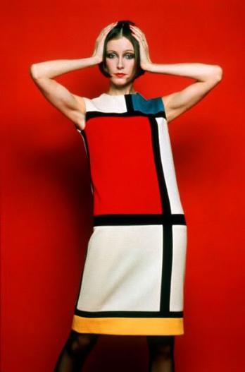 (ARCHIVES) ATTN THEDITOR- Photo prise le 16 ao t 1965 d'un mannequin pr sentant une robe en jersey du couturier fran ais Yves Saint-Laurent et reproduisant une peinture de l'artiste n erlandais Piet Mondrian. Yves Saint-Laurent, l'un des couturiers majeurs du XXe si cle, donnera une conf rence de presse le 07 janvier 2002 Paris, au cours de laquelle selon des rumeurs insistantes, il devrait annoncer son prochain d part. AFP PHOTO